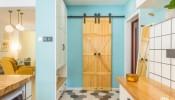 Sự kết hợp ăn ý của 3 tông màu trắng - xanh dương - gỗ tạo nên vẻ đẹp cuốn hút bên trong căn hộ 93m2