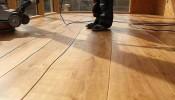3 sai lầm khiến sàn gỗ nhà bạn nhanh chóng cong vênh, trầy xước