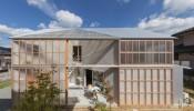 Có gì đặc biệt khi sử dụng tấm polycarbonate cho mặt tiền tại ngôi nhà House in Sonobe?