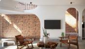 Gạch trần mộc mạc tạo điểm nhấn cho ngôi nhà hiện đại