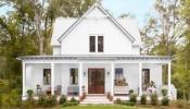 Mê mẩn trước ngôi nhà màu trắng nổi bật giữa không gian cây cỏ xanh mướt