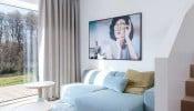 Thiết kế sang trọng với gam màu trắng chủ đạo khiến ngôi nhà nhỏ như bừng sáng