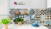 Trang trí không gian bếp vui mắt và ấn tượng hơn bằng gạch ốp họa tiết