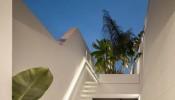 Cô gái trẻ xây nhà có giếng trời để tắm nắng và thư giãn