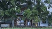 Nhà hai tầng ở nông thôn nằm ngay cạnh cánh đồng có kiến trúc cực kỳ thông thoáng