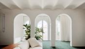 Căn Penthouse với thiết kế cổng vòm đẹp mắt cùng cách sử dụng gương kết nối không gian ấn tượng