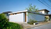 Nhà phong cách tối giản ở Nhật Bản ôm trọn cả sân vườn xanh mát bên trong