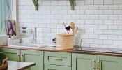"""Khám phá căn bếp """"đáng mơ ước"""" với màu xanh bơ êm dịu của vợ chồng trẻ tại Đà Lạt"""