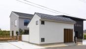 Mon House – Nhà Nhật sử dụng hẳn 1 khối nhà làm… cổng, ngăn cách không gian sống với thế giới bên ngoài