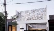 Nhà 1 tầng vừa ở, vừa kinh doanh, được thiết kế mái che từ tấm nhôm nhựa phức hợp bắt mắt