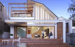 Nhà 2 tầng ở Australia sử dụng điện thoại để đóng mở mái