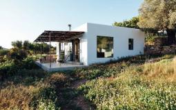 Nhà cấp 4 cải tạo từ nhà kho công xưởng  đẹp, nổi bật phía Bắc Ibizza(Tây Ban Nha)