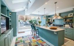 """Xu hướng màu sắc phòng bếp mùa hè: Từ sắc xanh """"huyền thoại"""" tới màu hồng táo bạo"""