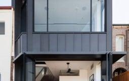 Nhà 2 tầng sở hữu tầm nhìn bao quát cả thành phố, luôn sáng thoáng nhờ tận dụng tối đa sàn kính cường lực