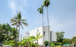 Maison Kochi – Nhà 2 tầng gây ấn tượng nhờ thiết kế tường xi măng đánh bóng và hệ thống làm mát thụ động hiệu quả
