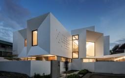 Nhà phố chữ L luôn sáng thoáng nhờ tận dụng không gian để thiết kế 16 cửa sổ xuyên suốt 2 tầng nhà