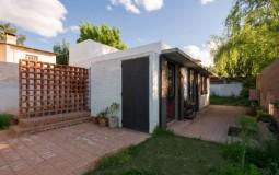 Nhà 62m2 ở ngoại ô của cặp vợ chồng trẻ được làm bằng gạch đất nung để gợi nhớ về thời thơ ấu tươi đẹp