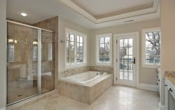 Nên lựa chọn cửa kính mở trượt hay mở xoay cho phòng tắm của mình?