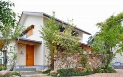 Căn nhà 2 tầng nổi bật giữa thiên nhiên với phòng khách ngoài trời tại Nhật Bản