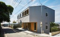 """Thiết kế sáng tạo và tinh tế của căn nhà """"ba cấp"""" nằm lưng chừng núi tại Nhật Bản"""