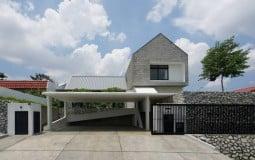 Nhà phố 250m2 nổi bật nhờ thiết kế gara để xe rộng rãi và sân trong xanh mướt