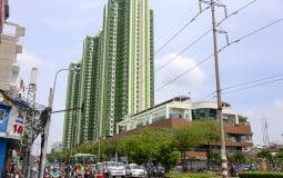 Hàng chục công nhân được điều động đến tòa nhà Thuận Kiều Plaza, quận 5 làm các công tác thành lập bệnh viện dã chiến điều trị Covid-19