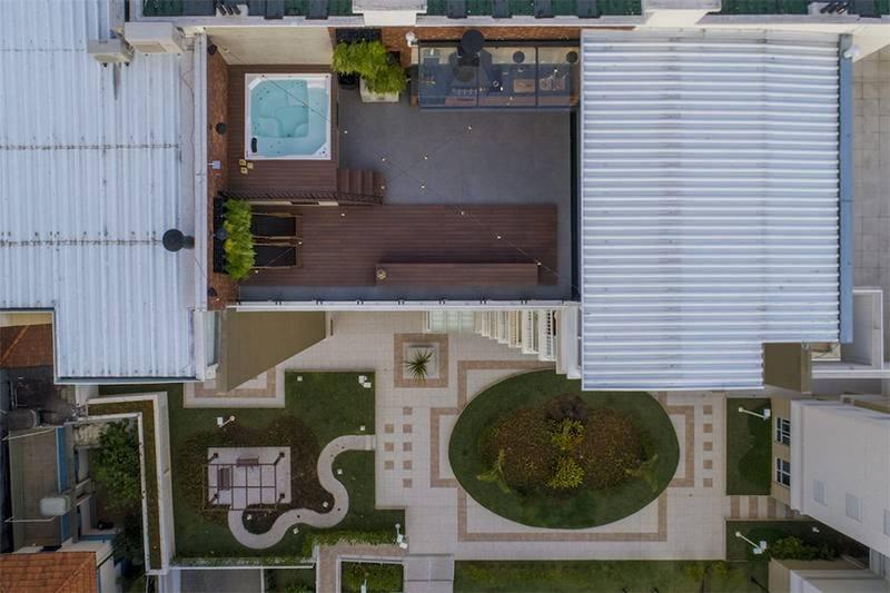 Không gian sân thượng của ngôi nhà khi nhìn từ trên cao